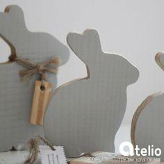 Drewniane dekoracje w kształcie zajączków. Autor: SeeHome