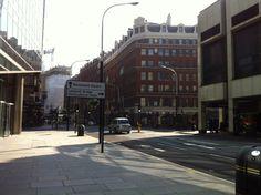 ロンドン市内 この先にビッグベンなどがある。