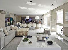 A sala de jantar e a sala de TV também foram integradas nesta grande área social (Foto: Victor Affaro)