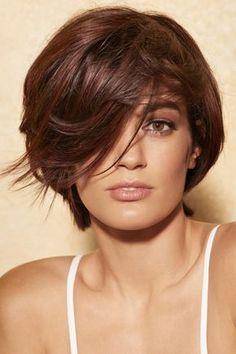 Quand les cheveux courts repoussent, optez pour une coiffure mi-courte mi-longue avec quelques mèches sur les côtés.