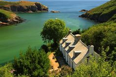 (via Pea green sea, a photo from Pembrokeshire, Wales Anglesey, Pembrokeshire Wales, Beautiful Islands, Beautiful Places, Castles In Wales, Ireland Holiday, Visit Wales, Uk Holidays, Travel Memories