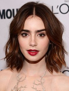 Lily Collins makeup Glamour Women of the Year awards 2013 The lips! The hair! The brows! Drool over this Lily Collins look and then copy it . Lily Collins Pelo Corto, Pretty Hairstyles, Bob Hairstyles, Hairstyle Ideas, Celebrity Hairstyles, Middle Part Hairstyles, Bob Haircuts, Straight Hairstyles, Wedding Hairstyles