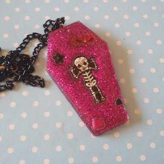 Collana con maxi ciondolo #handmade #resin #necklace #collier #glitter #pinup #rockabilly #gothic #horror #goth #dark #livingdead #halloween #splatter #blood #skull #skeleton #pink #black #coffin #tombstone #rip #dead #31october #samhain