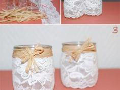 Pour un mariage chic & rustique ou vintage, la dentelle sera un élément indispensable. Aujourd'hui, nous allons nous en servir pour réaliser en quelques minutes seulement des vases pour votre décor floral des centres de tables ou des buffets. 1- Vous aurez besoin de: - petits pots en verre (collectionnez des pots de yaourt ou de confiture) - de la dentelle - du raphia - épingles ou aiguille et fil blanc 2- Découpez la dentelle en morceaux... - Vases à dentelle