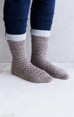 Palmikkosukat kärjestä alkaen | Kotivinkki Crochet Socks, Knitting Socks, Knit Socks, Mittens, Slippers, Beautiful, Fashion, Wrist Warmers, Fingerless Mitts