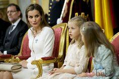 La Reina Letizia mira a la Princesa Leonor y la Infanta Sofía en la proclamación de Felipe VI