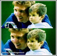 Thiago Messi : Morro com esse furinho na bochecha igual ao papai, e o sorrisinho tímido, muito fofo esse Titi.  Bom dia à todos   thiagomessi