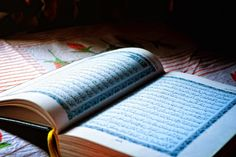 About 1 in 5 people around the world is a Muslim. But what is Islam and what do Muslims believe in? Ramadan, Online Quran Reading, Imam Malik, Força Interior, Saint Coran, Quran Pak, Dp For Whatsapp, Quran Recitation, Angels
