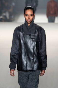 Trendy jesień-zima 2013: OVERSIZE PO MĘSKU - Alexander Wang, fot. Imaxtree Alexander Wang, Leather Jacket, Fall, Jackets, Fashion, Studded Leather Jacket, Autumn, Down Jackets, Moda