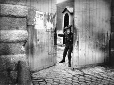 A Scottish Borderer closing the entrance to the Royal Barracks, after the Bachelor's Walk Massacre in Dublin. Three were killed and thirty injured after Crown forces failed to capture Irish Volunteers involved in the Howth gun-running incident. Old Pictures, Old Photos, Events Place, World Conflicts, Photo Engraving, Dublin Ireland, Entrance, Places To Visit, Michael Collins