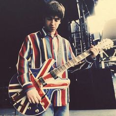 Noel in 1996 with his Epiphone Sheraton boasting the Union Jack🔥🎸🇬🇧 . Noel Gallagher, Union Jack, Oasis Music, Liam And Noel, Oasis Band, Legends And Myths, Music Express, Music Aesthetic, Britpop