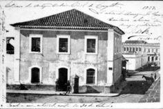 A Câmara e a Emancipação Política do Paraná em 1853 - 13/12/2013 - Notícias - CÂMARA MUNICIPAL DE CURITIBA. A chamada Casa de Câmara e Cadeia pública localizava-se no largo da Matriz e, por muitos anos, foi o único prédio oficial de Curitiba. Constantemente em reforma, passou por um incêndio em 1897 que abalou sua estrutura, obrigando a demolição. (Foto – Arquivo Câmara)