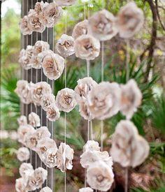 Móbiles e cortinas de rosas de papel