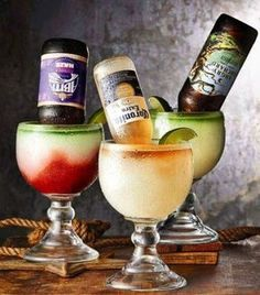 Cinco cocteles con cerveza para que te luzcas en tu próxima reunión o parrillada. Bar Drinks, Cocktail Drinks, Yummy Drinks, Alcoholic Drinks, Beverages, Mezcal Tequila, Alcohol Drink Recipes, Classic Cocktails, Mason Jar Wine Glass