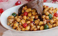 Gli struffoli con cornucopia croccante sono un prodotto tipico di tutte le migliori pasticcerie napoletane. Prepararli in casa è facilissimo.