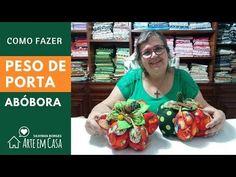 Peso de Porta de Abóbora - YouTube Mexican, Ethnic Recipes, Crafts, Halloween, Toy, Film, Youtube, Dish Towel Crafts, Dish Towels