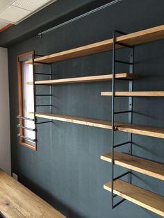 オークの棚板を使った多段のラダーシェルフです。オプティマスを使ったペイント壁と相まってこのままでも絵になります。・・・