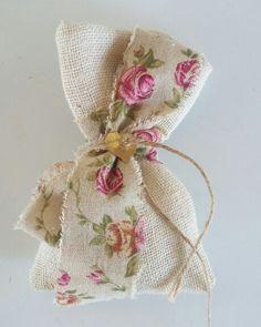 Στη σελίδα  αυτή  θα βρείτε  χειροποίητες  μπομπονιέρες  γάμου  με vintage υλικά  για έναν τέλειο  γάμο!επικοινωνήστε  μαζί  μας για περισσότερες λεπτομέρειές www.valentina-christina.gr Diy Wedding, Wedding Favors, Wedding Gifts, Party Gifts, Diy Gifts, Burlap Gift Bags, Floral Wreath Watercolor, Diy Crafts Hacks, Crafts Beautiful