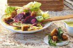 Wintergemüse-Salat mit Erdäpfel-Dressing, Mohn und Salbeicroûtons