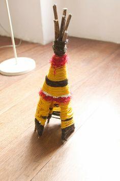 El hada de papel: Twigs, yarn, and wire teepees