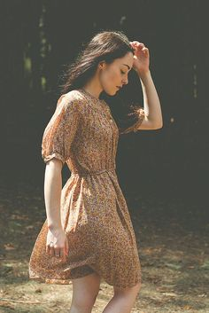 pretty print dress----may look too simple on me? Pretty Outfits, Pretty Dresses, Cute Outfits, Mode Lookbook, Vestidos Vintage, Mode Vintage, Mode Style, Mode Inspiration, Dress To Impress