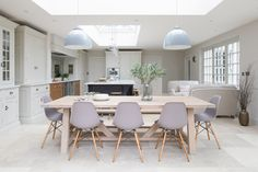 An open plan kitchen works so well when you've got friends or family coming over for Sunday lunch and we love this one in a beautiful… Open Plan Kitchen Dining Living, Open Plan Kitchen Diner, Open Plan Living, Small Living, Contemporary Open Plan Kitchens, Small Open Plan Kitchens, Kitchen Family Rooms, Living Room Kitchen, Dining Rooms