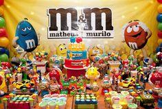 Mesa do bolo decorada para festa infantil dupla com tema m&m - Murilo e Matheus