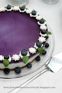 Ostekake med blåbærlokk Panna Cotta, Ethnic Recipes, Food, Creative, Essen, Yemek, Meals