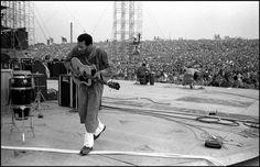 Richie Havens plays the first set at Woodstock. 15 Photo by Elliott Landy. Woodstock Concert, Woodstock Hippies, Woodstock Ny, Woodstock Festival, Richie Havens, Hippie Movement, Joe Cocker, Hippie Peace, Magnum Photos