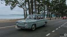 #Renault #R8 au Tour de #Bretagne. #MoteuràSouvenirs Reportage complet : http://newsdanciennes.com/2016/05/19/tour-de-bretagne-2016-vehicules-anciens-mer-soleil/ #ClassicCar #Vintage #Car