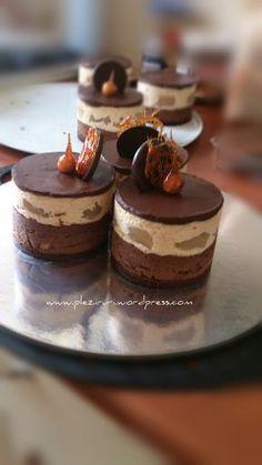 Minitortulețe cu ciocolată, pralină de alune și pere Something Sweet, Mini Cakes, Panna Cotta, Mousse, Cake Recipes, Biscuits, Caramel, Cheesecake, Deserts