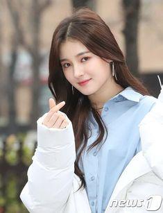 Nancy (낸시) is a South Korean-American singer. She is a member of the Korean Pop girl group MOMOLAND. Korean Beauty Girls, Beauty Full Girl, Cute Beauty, Asian Beauty, Cute Korean Girl, South Korean Girls, Korean Girl Groups, Beautiful Girl Photo, Korean Fashion Trends