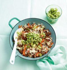 Gurken, Frühlingszwiebeln und Koriandergrün mit Essig und Öl frischen den Sattmacher auf: Es gibt Hack-Reis-Pfanne.