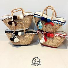 Bolsa de paja de tamaño medio (forma de barco) Esta forma de bolso de la paja es increíble. Es difícil de encontrar y el tamaño es perfecto para todos. Stylish Handbags, Craft Bags, Summer Bags, Cute Bags, Handmade Bags, Beautiful Bags, Fashion Bags, Straw Bag, Purses And Bags