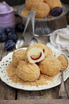 Galuste cu prune - Romanian dumpling with plums Romanian Desserts, Romanian Food, Romanian Recipes, Delicious Deserts, Yummy Food, Something Sweet, Just Desserts, Cookie Recipes, Cupcake Cakes