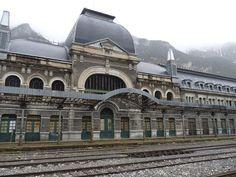 El tren de los lugares abandonados más bonitos del mundo hace parada en Canfranc