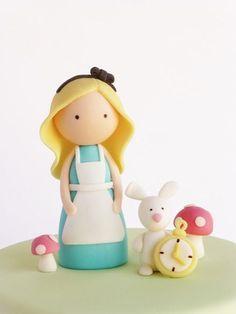 Top de bolo da Alice feito de biscuit (reprodução do site peaceofcakedesign)