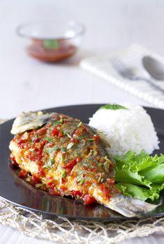 """Dorada con salsa de tamarindo o """"Pla Rad Prik"""", se trata de una receta muy típica del centro de Tailandia Gefilte Fish Recipe, Thai Recipes, Asian Recipes, Ono Fish Recipe, Parmesan Fish Recipe, Fluke Recipe, Wedding Finger Foods, Dorado Fish, Gastronomia"""