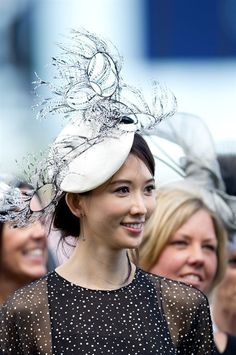 Great #derbyhat And I love her dress too!