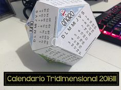 Descarga este original calendario tridimensional 2016, para que lo coloques en tu escritorio y no te pierdas de ninguna fecha! ;)  Dale click a la imagen o a este link para descargarlo completamente gratis!  => http://creativaofficial.com/calendario-tridimensional-2016/  Feliz 2016!