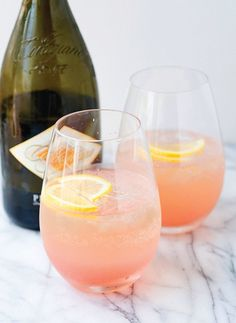 Rhubarb fizz cocktail - it's made with gin, Champagne, lemon juice, rhubarb syrup, and Prosecco. Grapefruit Cocktail, Champagne Cocktail, Signature Cocktail, Rhubarb Gin Cocktail, Gin And Prosecco, Prosecco Cocktails, Spring Cocktails, Summer Drinks, Cold Drinks