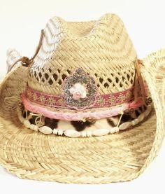 Ibiza hoed met verschillende decoraties. Slechts €36,95 op Lovelyibiza.nl