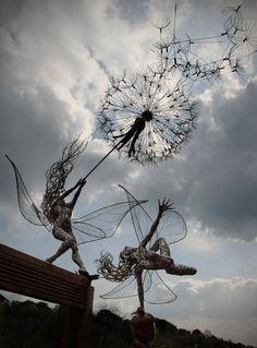 duo-fees-metal Robin Wight est un artiste britannique résidant dans la région du Staffordshire. Toutes ses sculptures sont faites sur mesure et certaines ont même été exposées aux Trentham Gardens.