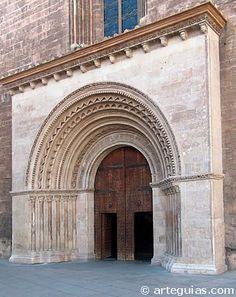 """Puerta románica del Palau. Catedral de Valencia. El Gótico valenciano tiene su mejor época en la fase denominada """"arquitectura gótica mediterránea"""" de pleno siglo XIV y primera mitad del XV."""