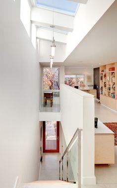 Quando uma casa é mais estreita do que a média, é natural que apareçam uma série de desafios. No entanto, é fascinante ver como arquitetos e designers lida