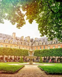 Place des Vosges, Paris, Ile-de-France, France