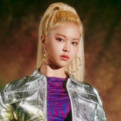 EVERGLOW released their comeback MV titled Dun Dun from their mini album (Reminiscence). You can watch their MV below, after the Reminiscence concept photos. Kpop Girl Groups, Korean Girl Groups, Kpop Girls, K Pop, Kpop Girl Bands, Fashion Looks, Yuehua Entertainment, Fandoms, K Idols