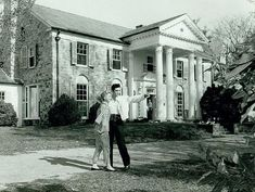 Elvis Presley with Yvonne Lime April 1957 - Easter Weekend before renovations at Graceland were completed for the Presleys to move into their home. Elvis showed Yvonne around the Graceland grounds. Elvis Presley Graceland, Elvis Presley Facts, Graceland Mansion, Elvis Presley House, Elvis Presley Family, Lisa Marie Presley, Priscilla Presley, Elvis And Priscilla, Rock And Roll