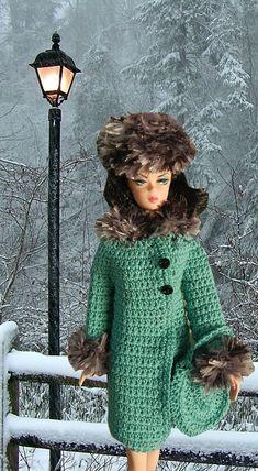 Dit is Jaunty in Jade, een haak patroon dat ik voor Barbie ontworpen. Het is een ensemble van de stijl van de jaren 1960 met een bijgesneden bontjas met oversized knoppen, een bijpassende hoed en een geometrische handtas. Moeilijkheidsgraad = gemakkelijk; gebruikte materialen = grootte 10 haak katoen en namaakbont garen.  Alleen het patroon is te koop; de werkelijke outfit is niet beschikbaar.  Geen verzendkosten, als u het PDF-bestand van Etsy onmiddellijk na aankoop downloaden kunt…