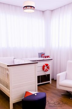 quarto de bebê náutico marinheiro com cômoda e lustre tema marinheiro na cor azul, vermelho e branco baby room  boy nautic navy